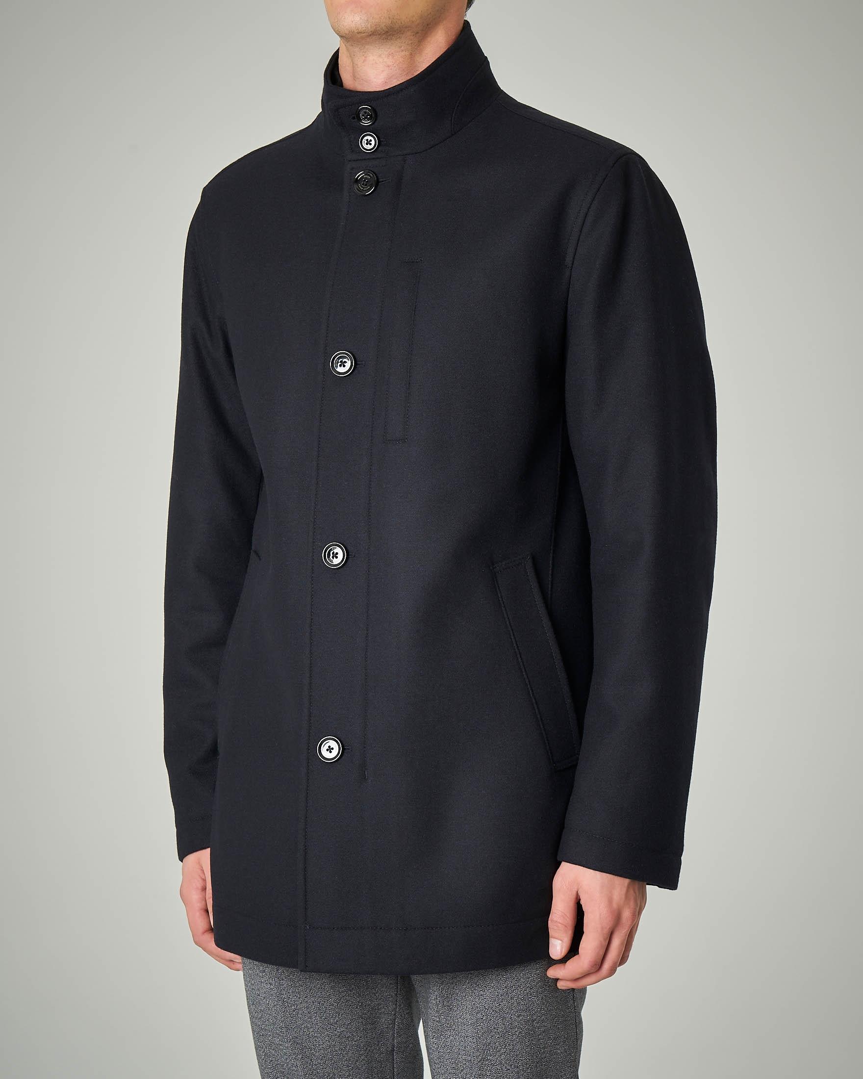 Cappotto corto blu con chiusura a bottoni e zip