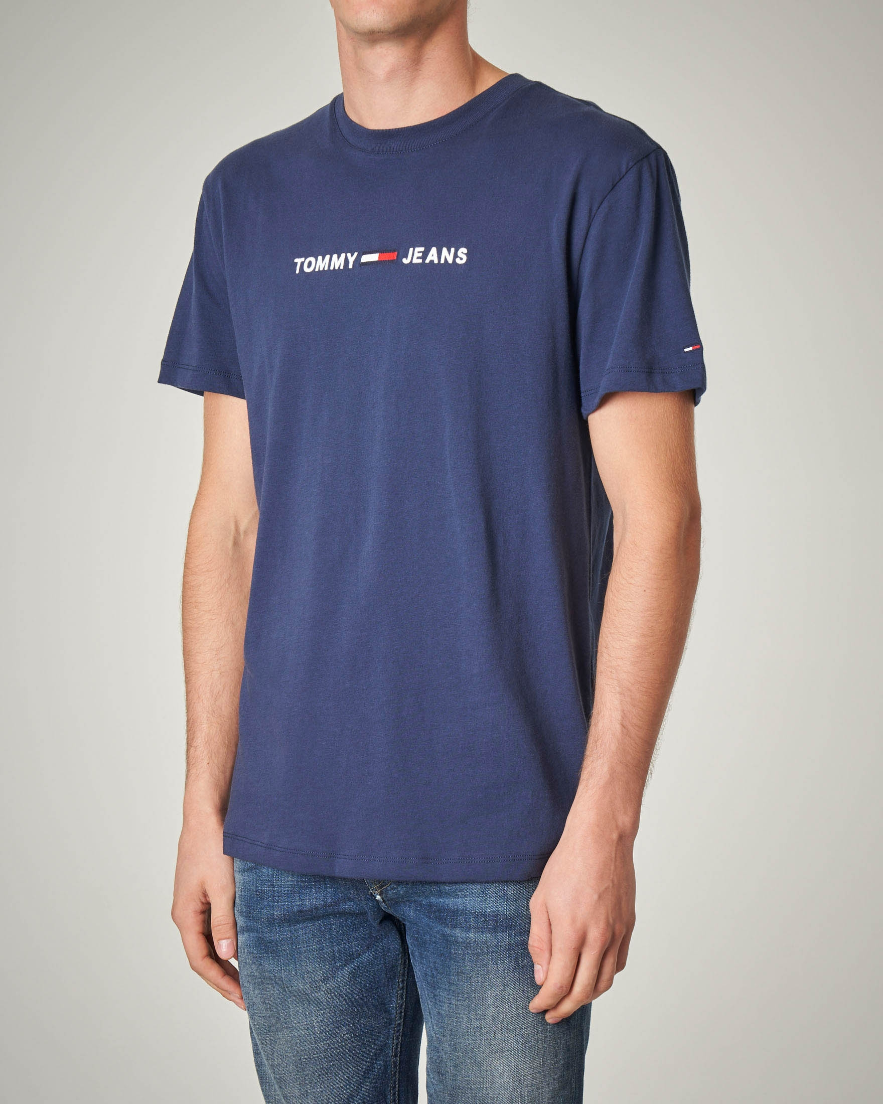 T-shirt blu girocollo con logo scritta e bandierina