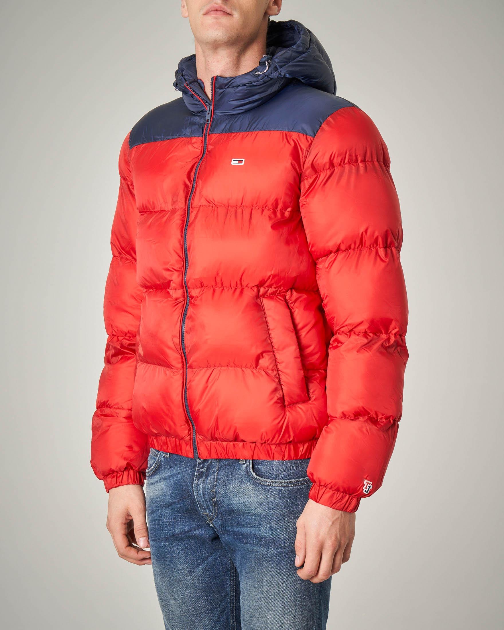 Piumino rosso con spalle e cappuccio blu in nylon riciclato