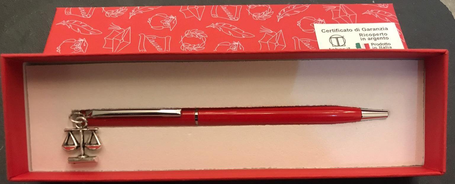 Penna Rossa con confezione e farfallina in tulle esterno contenente conefetti. Biglietto esterno
