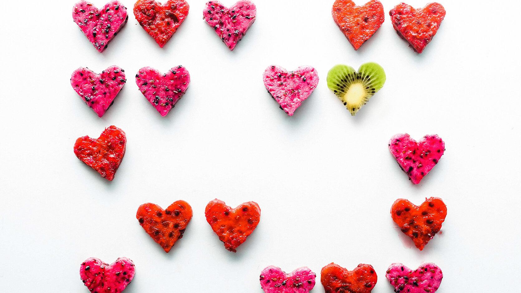 Cuori di frutta e titolo Febbraio in love