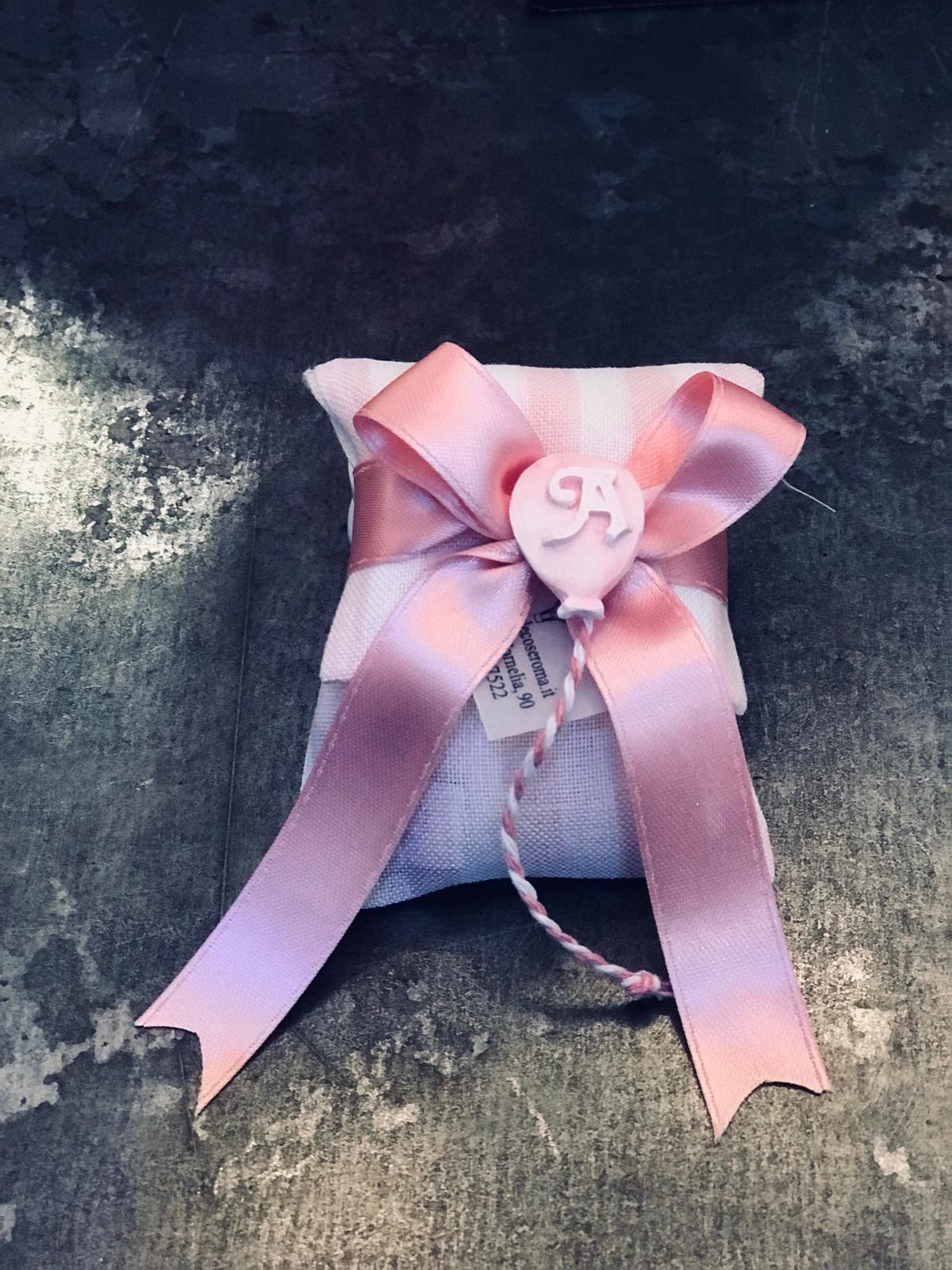 Pochette rigata rosa e bianca con palloncino ed iniziale, adatto per un Battesimo di una bimba