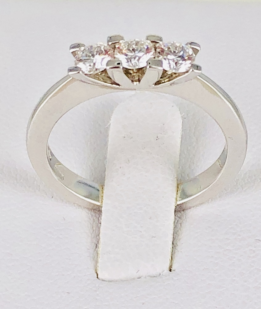 ANELLO TRILOGY IN ORO BIANCO 18 KT CON 3 DIAMANTI INCASSATI A GRIF PER KARATI TOTALI  0.56
