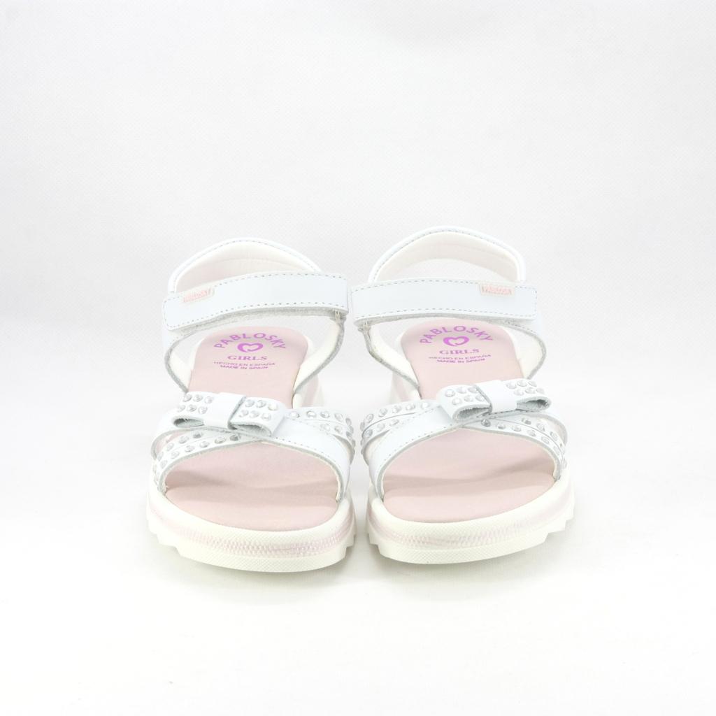 Sandalo cerimonia bimba elegante con chiusura velcro e decoro cristalli e fiocchetto.