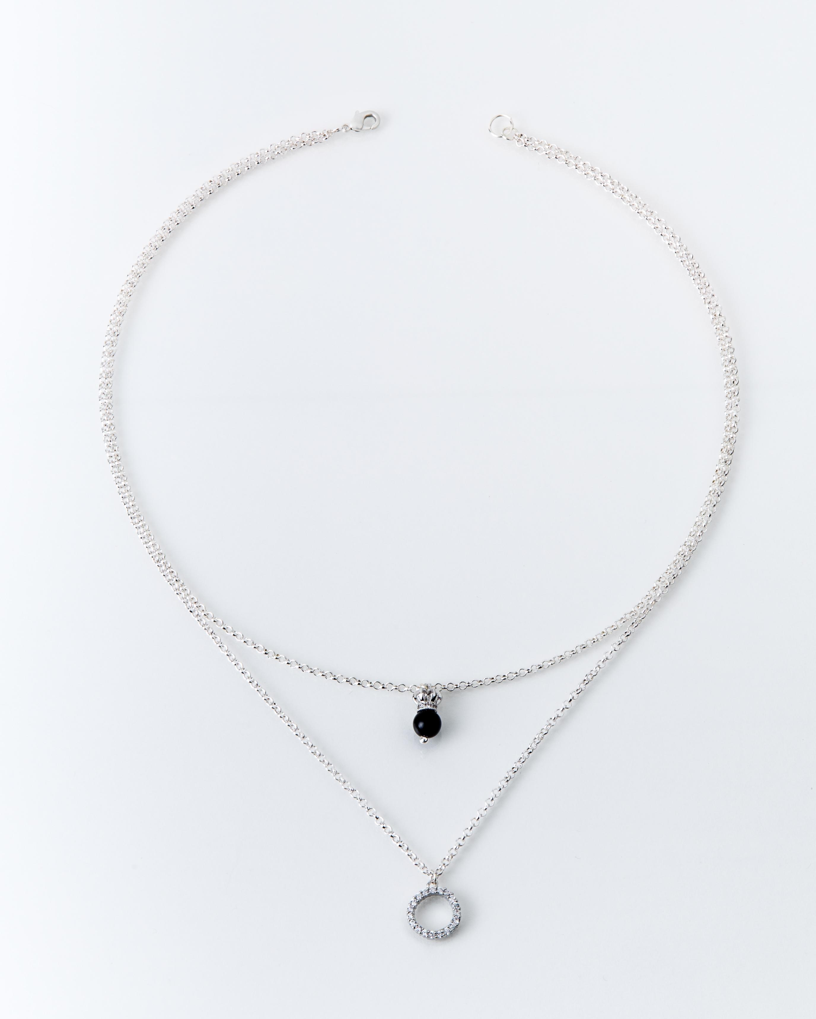 Collana in lega bianca con corona e cerchio
