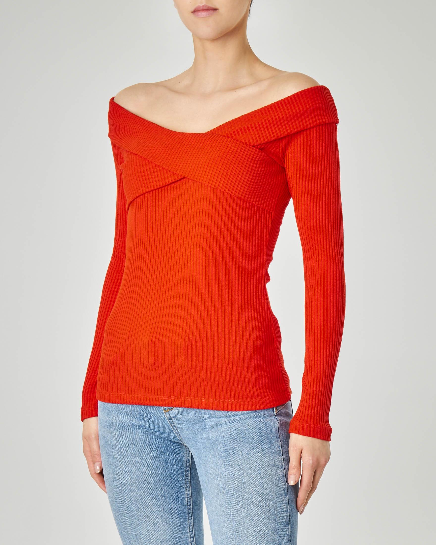 a29d79bb22 Maglia rossa in tessuto misto viscosa a costine con maniche lunghe e scollo  a barchetta incrociato