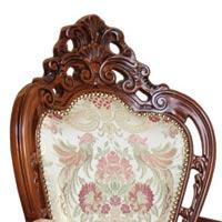 Dettaglio cresta intagliata della sedia art. 2499