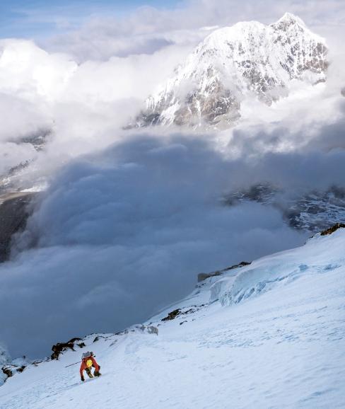Hervé Barmasse sulla Parete Sud del Shishapangma 8027m. Photo David Göttler