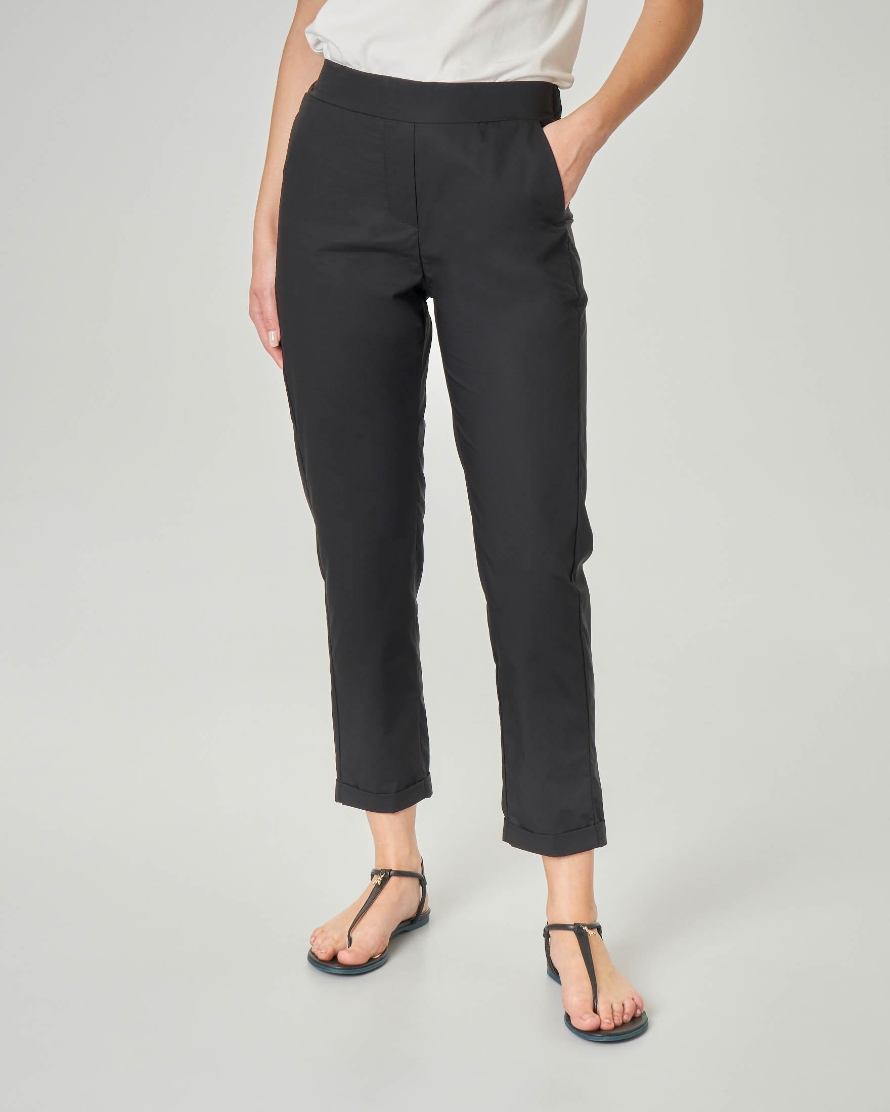b23b3c8df7 Pantaloni straight neri in cotone con risvolto alla caviglia e elastico in  vita