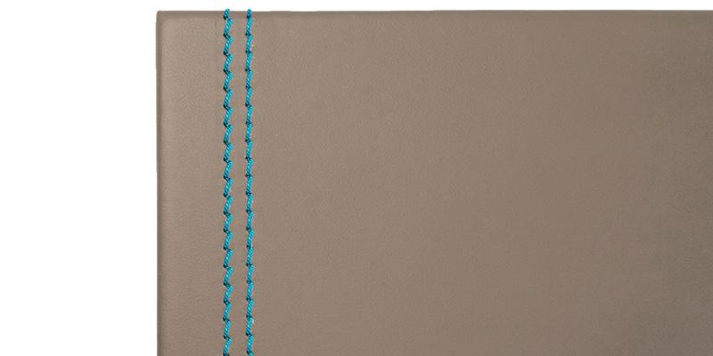 Scrivania con sottomano Clio Deluxe in cuoio rigenerato grigio talpa con cucitura in rilievo color turchese