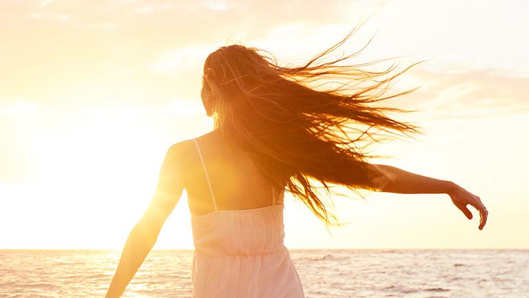 L'Estate non stressa te, ma i tuoi capelli? Consigli e rimedi naturali per proteggerli!