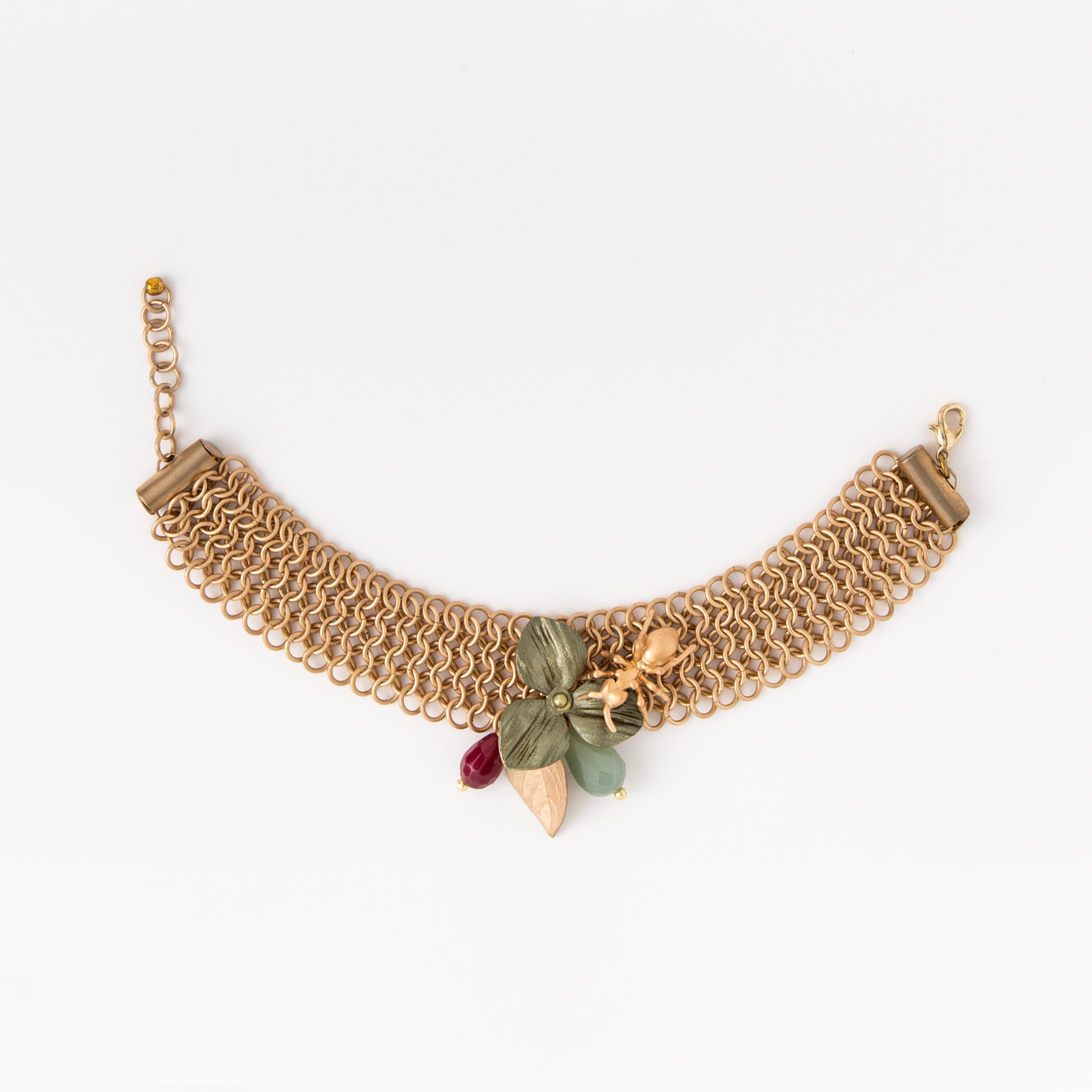 Bracciale in ottone galvanizzato a maglia con decorazione centrale