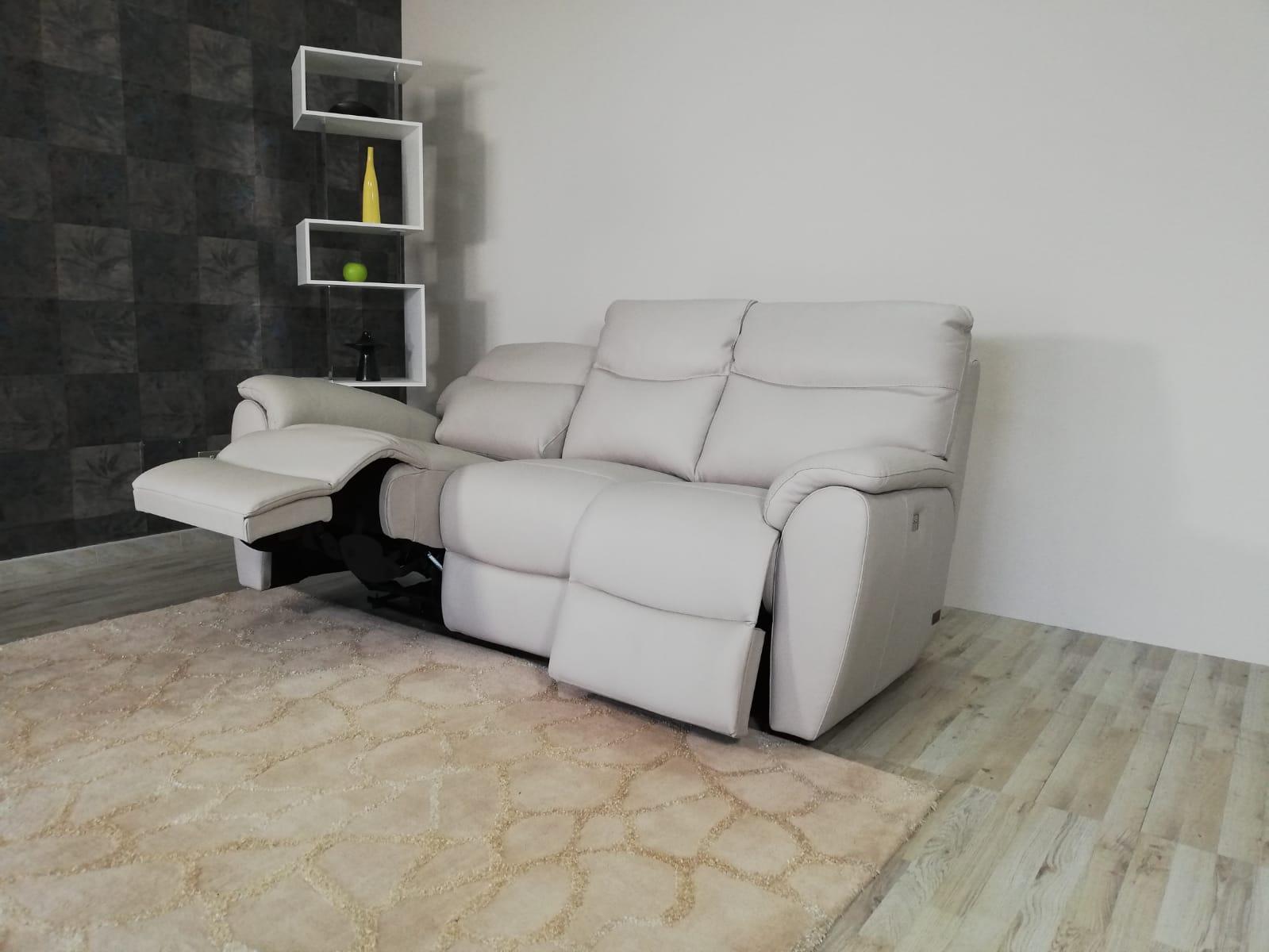 LENOX - Divano relax elettrico in pelle grigio perla a 3 posti di cui 2 con meccanismi recliner