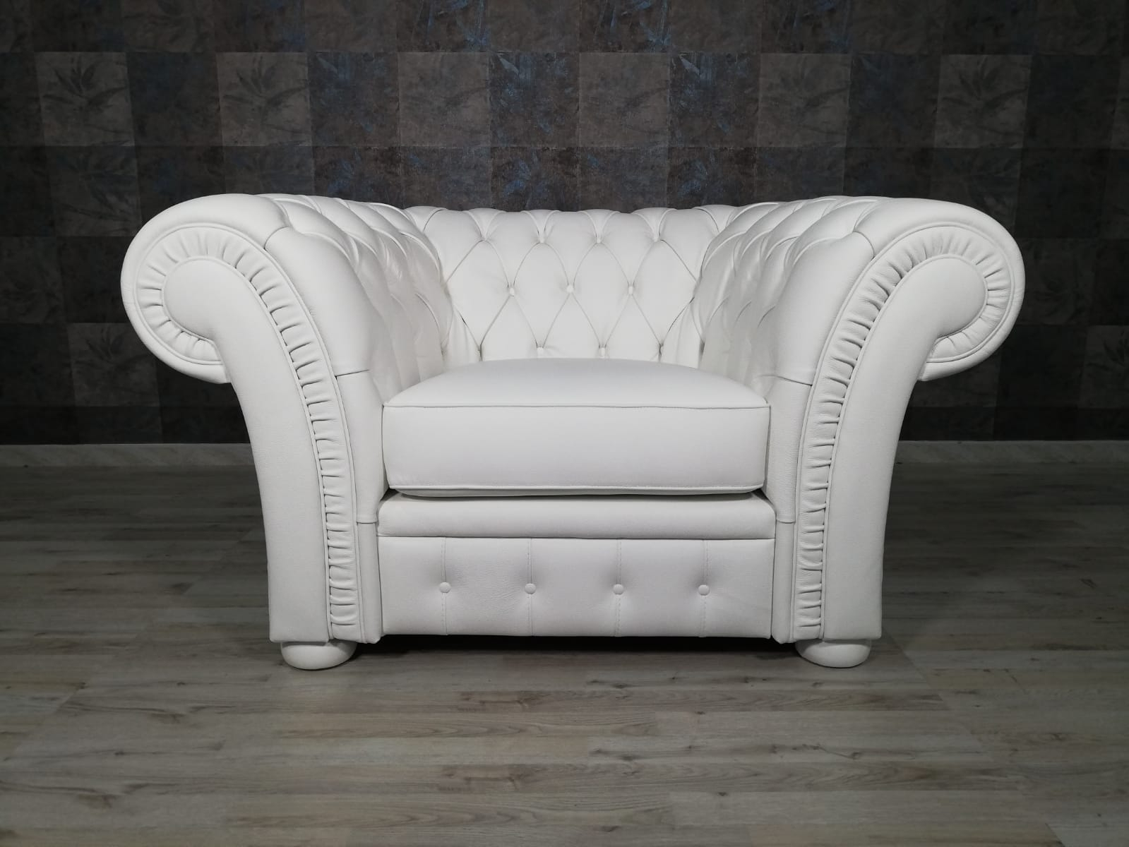 FREDA - Poltrona Chesterfield bianca in pelle modello impero capitonnè con base e piedini in legno tappezzati