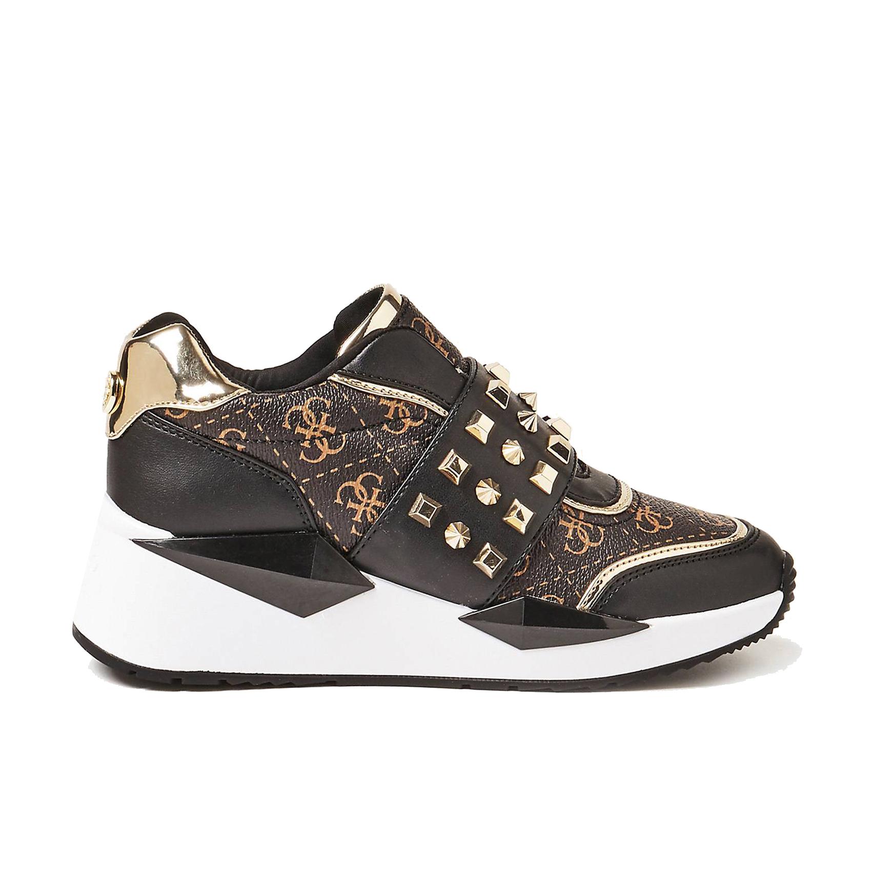 Sneaker logata con borchie Guess