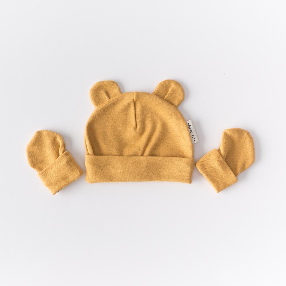 Cappellino color ocra petalo con orecchie  in cotone biologico