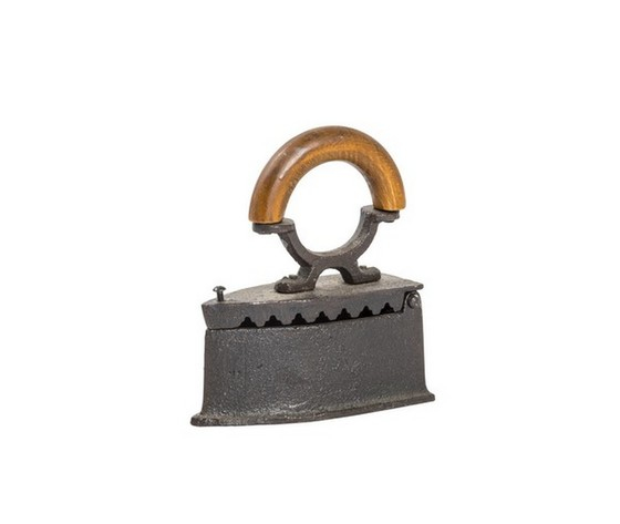 Ferro da stiro in ghisa e legno