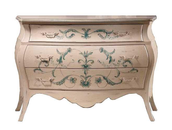 Cómoda abombada con decoración clásica