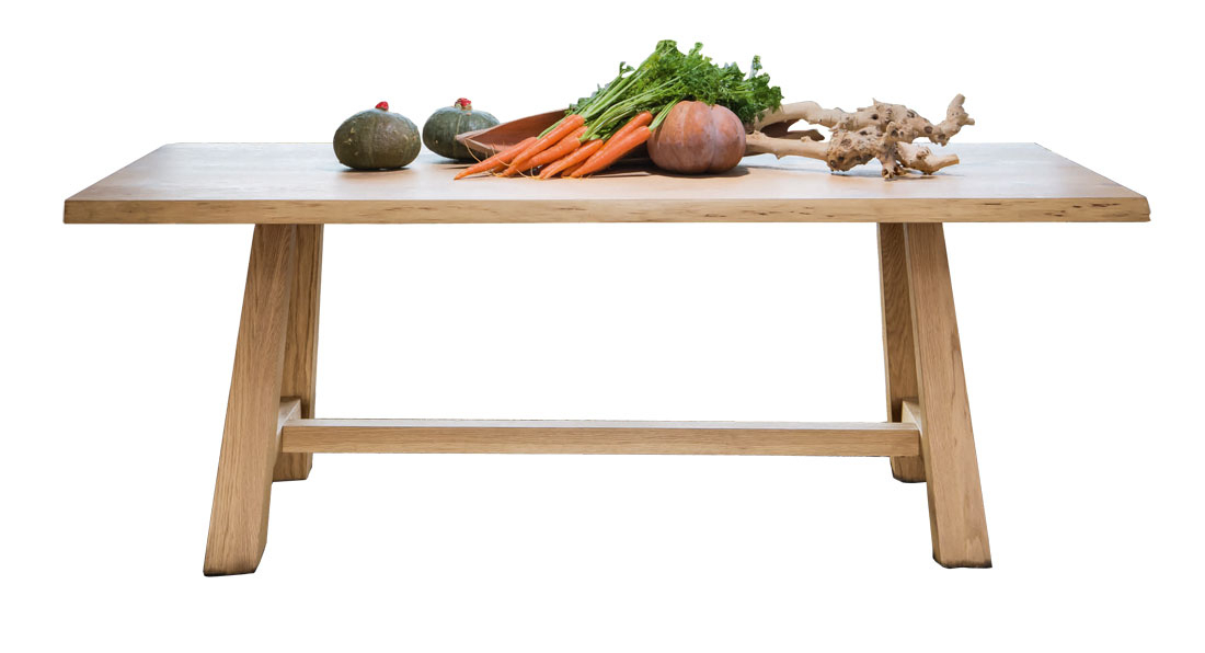 Mesa de comedor con patas inclinadas