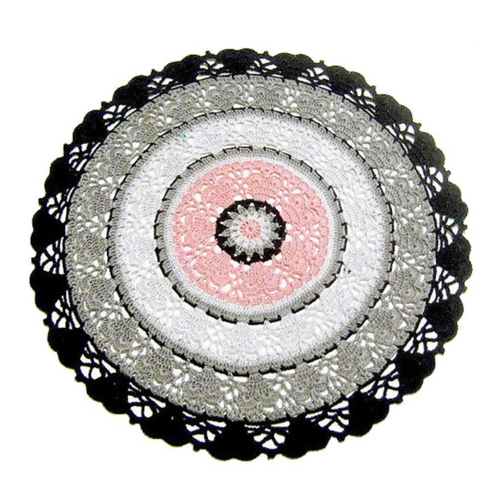 CENTRINO grande rotondo rosa, grigio e nero all'uncinetto