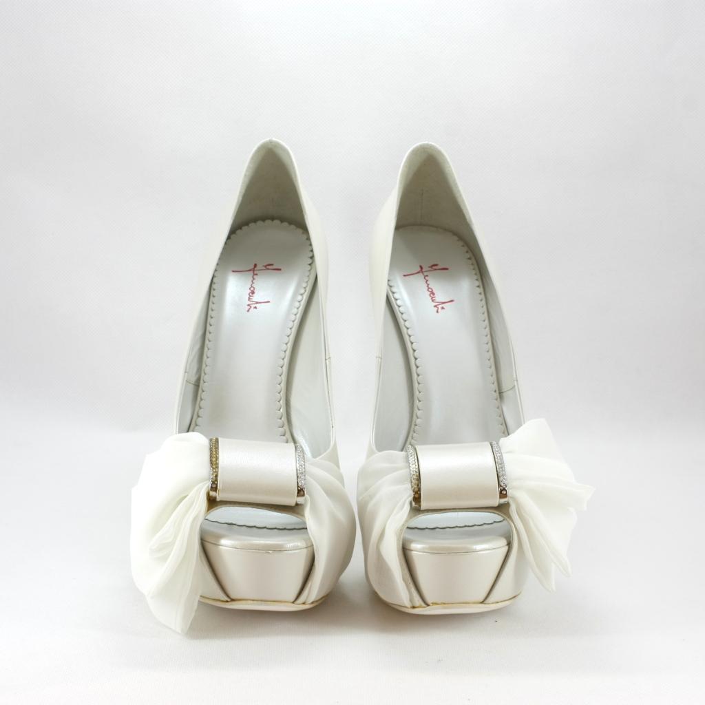 Scarpa donna elegante da sposa e cerimonia in pelle bianco con plateau e applicazione fiocco e cristalli.