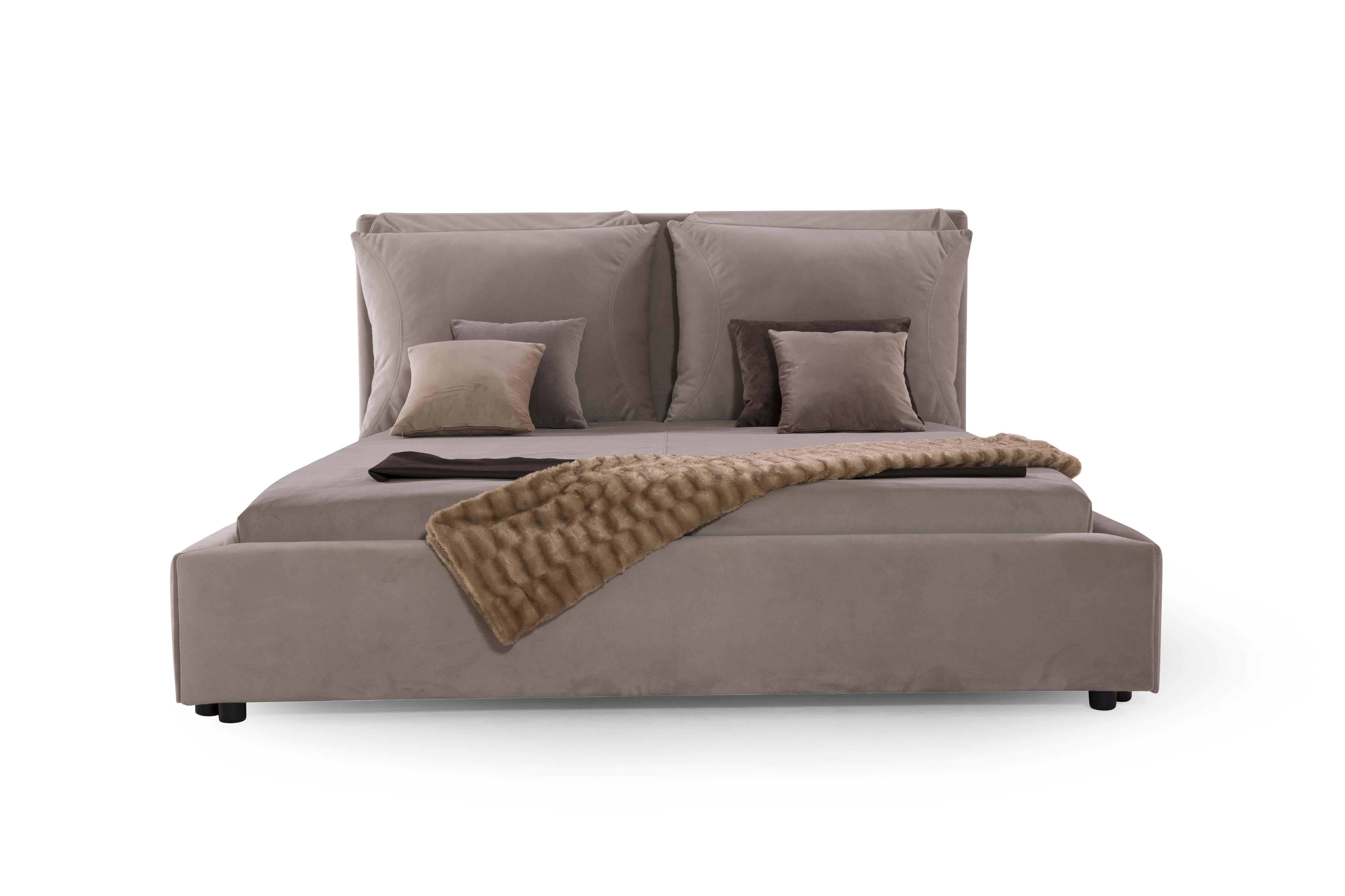 CHASE - Letto comfort con testiera realizzata con due morbidi cuscini regolabili, giroletto imbottito