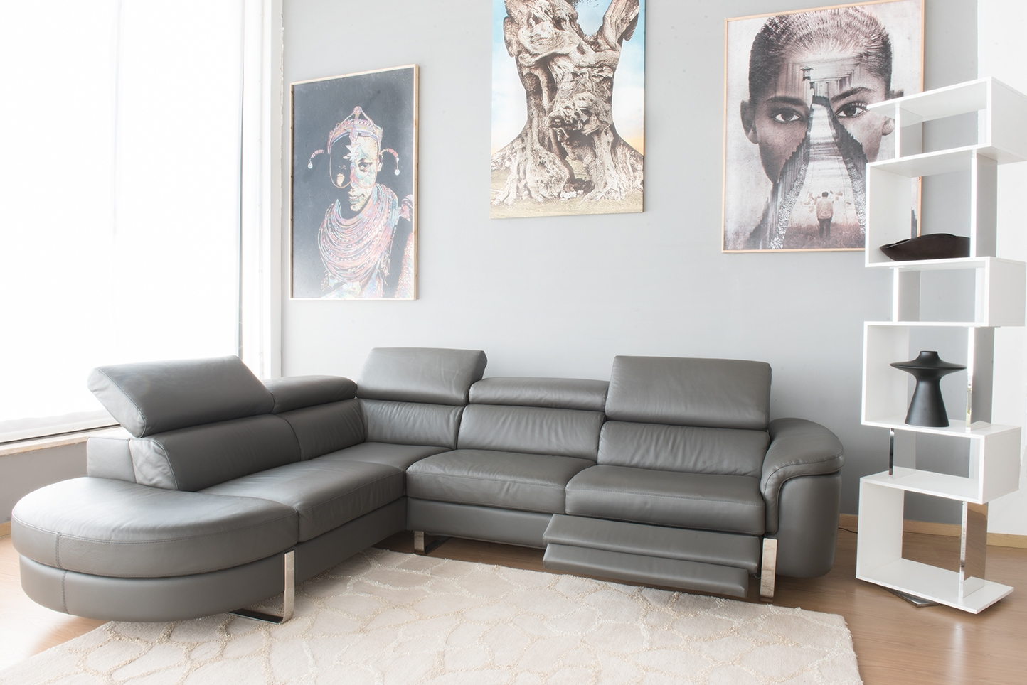 DENZIL - Divano angolare in pelle di colore grigio a 5 posti maggiorati con movimento relax elettrico, poggiatesta recliner manuali piedini cromati lucidi- angolo terminale curvo – Design moderno