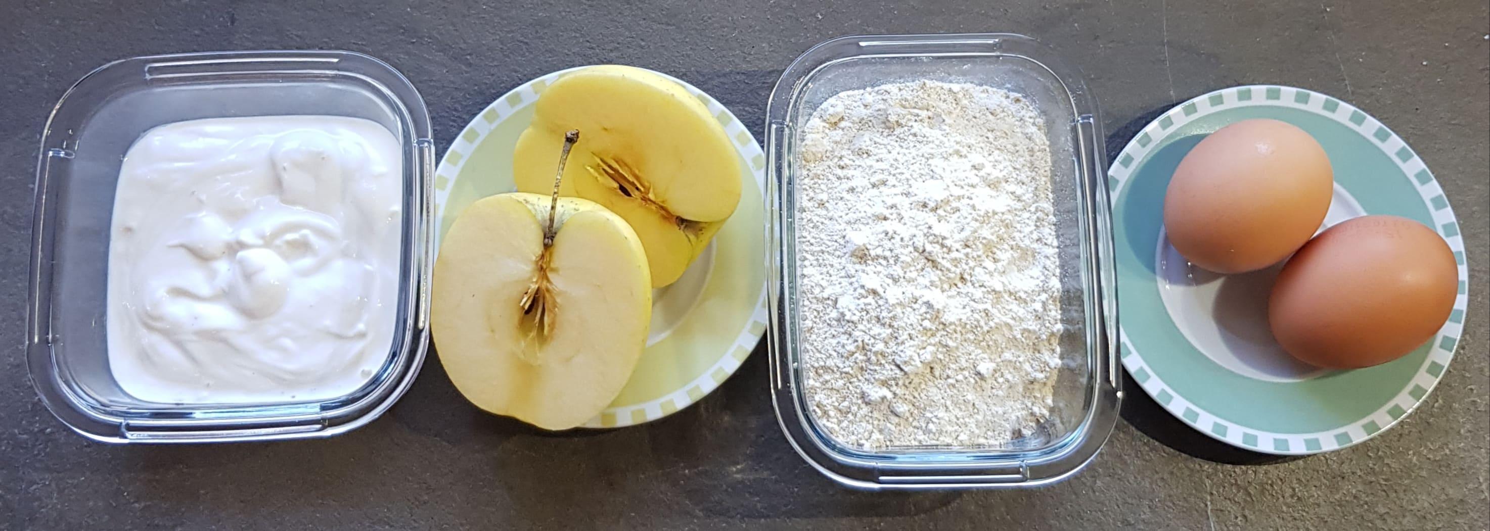 Ingredienti: yogurt bianco, mele, farina, uova