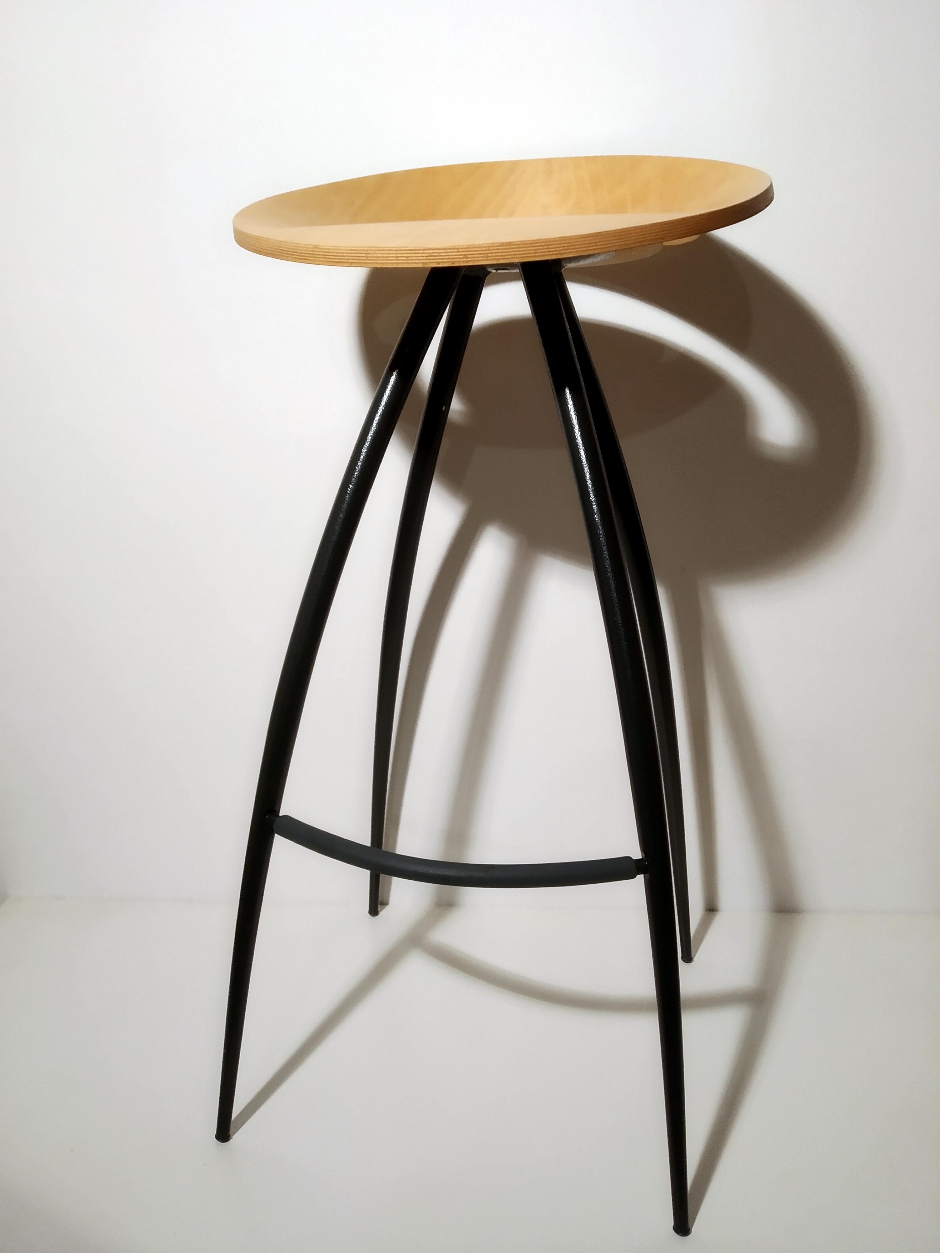 Sgabello Lyra, seduta in faggio struttura acciaio verniciato nero; Magis