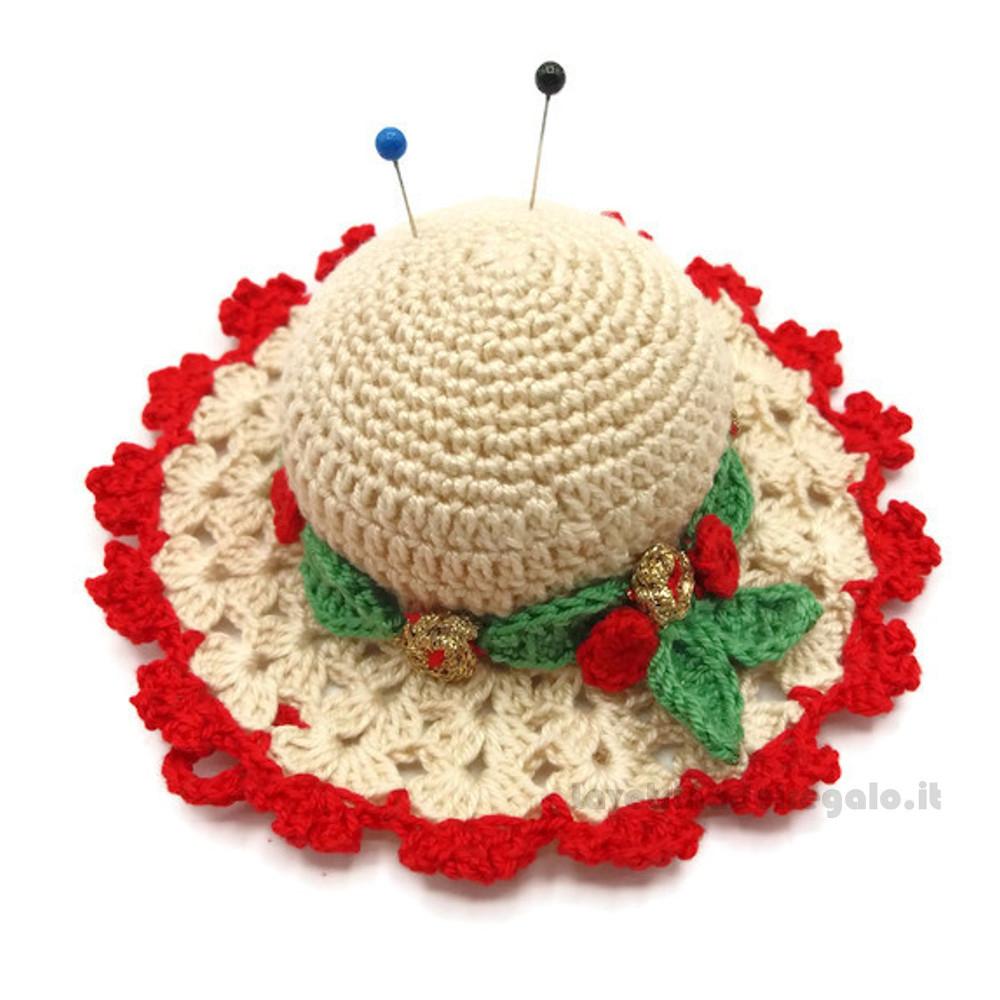Cappellino puntaspilli natalizio beige e rosso ad uncinetto ø 11 cm Handmade - Italy