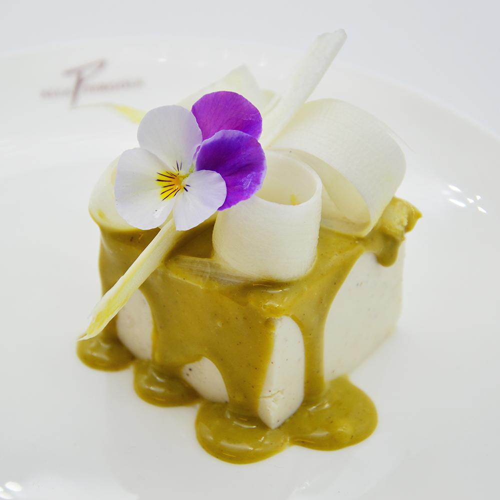 Mousse al cioccolato bianco, pistacchio e asparagi
