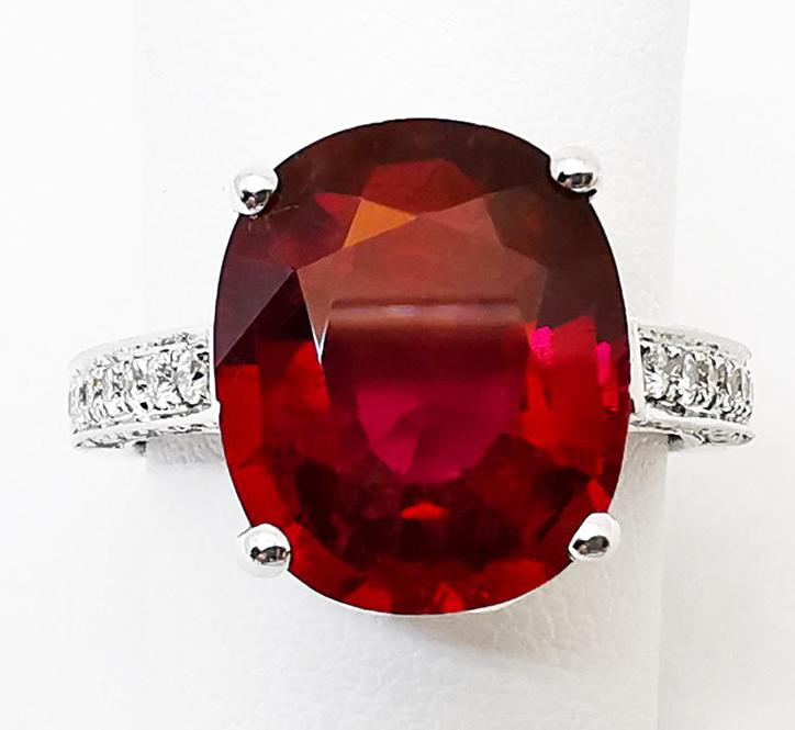 Anello con Diamanti bianchi e Rubino