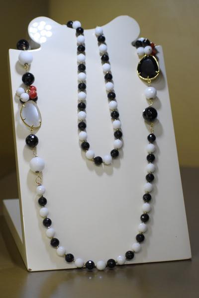 Sikè Jewels: collana in argento con agata bianca, onice, corallo e bambù