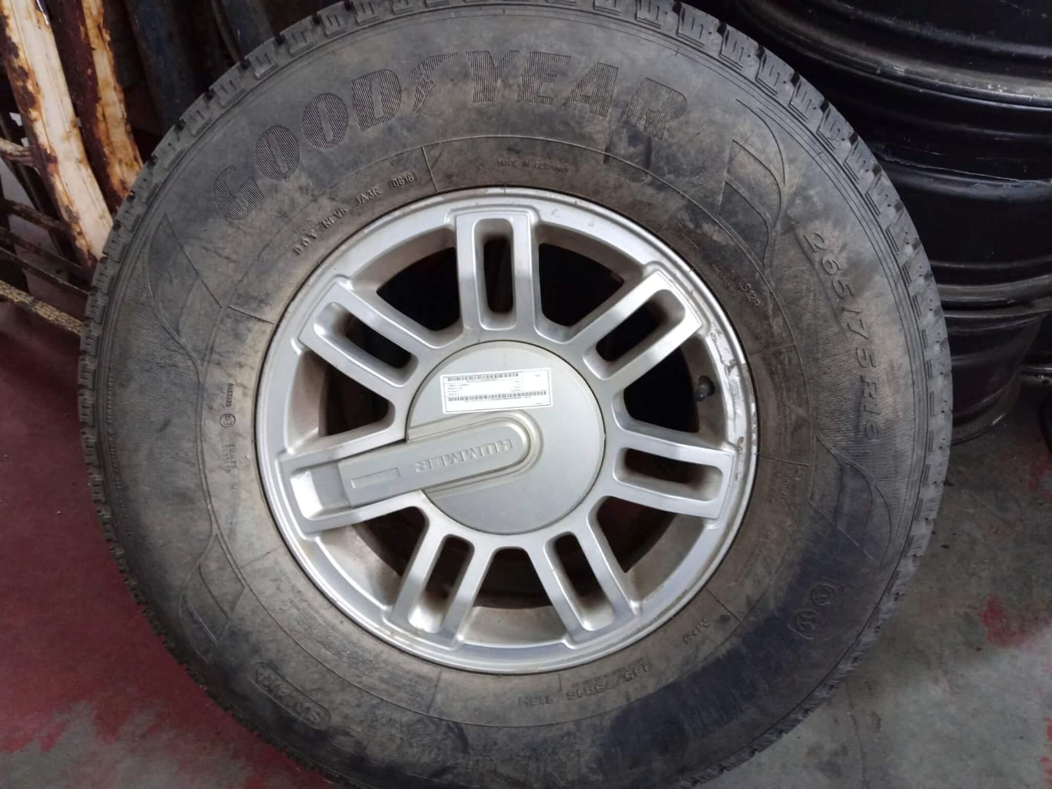 Coppia di cerchi usati c/gomma 265/75R16 Hummer H3 del 2009