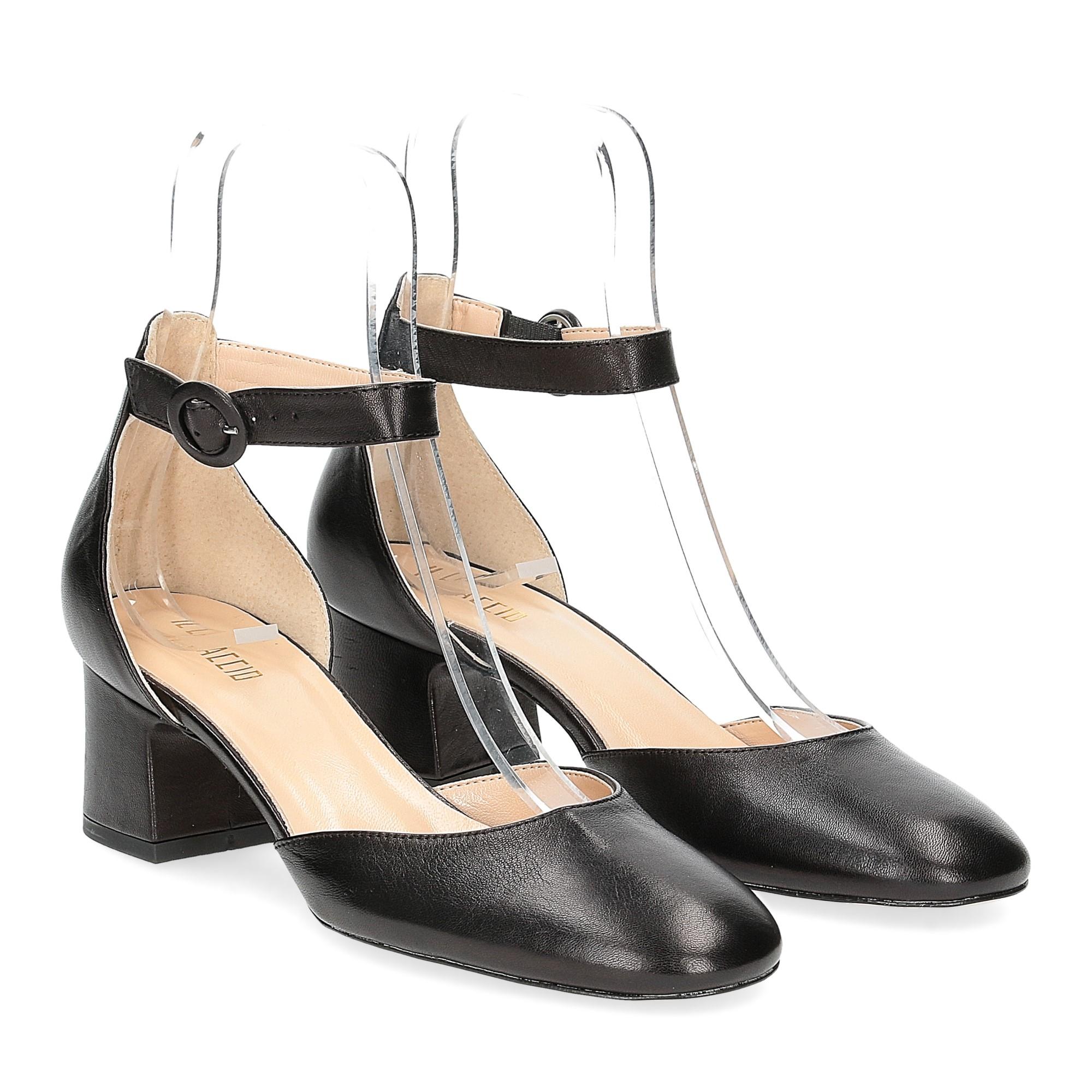 Il laccio sandaliera in pelle nera