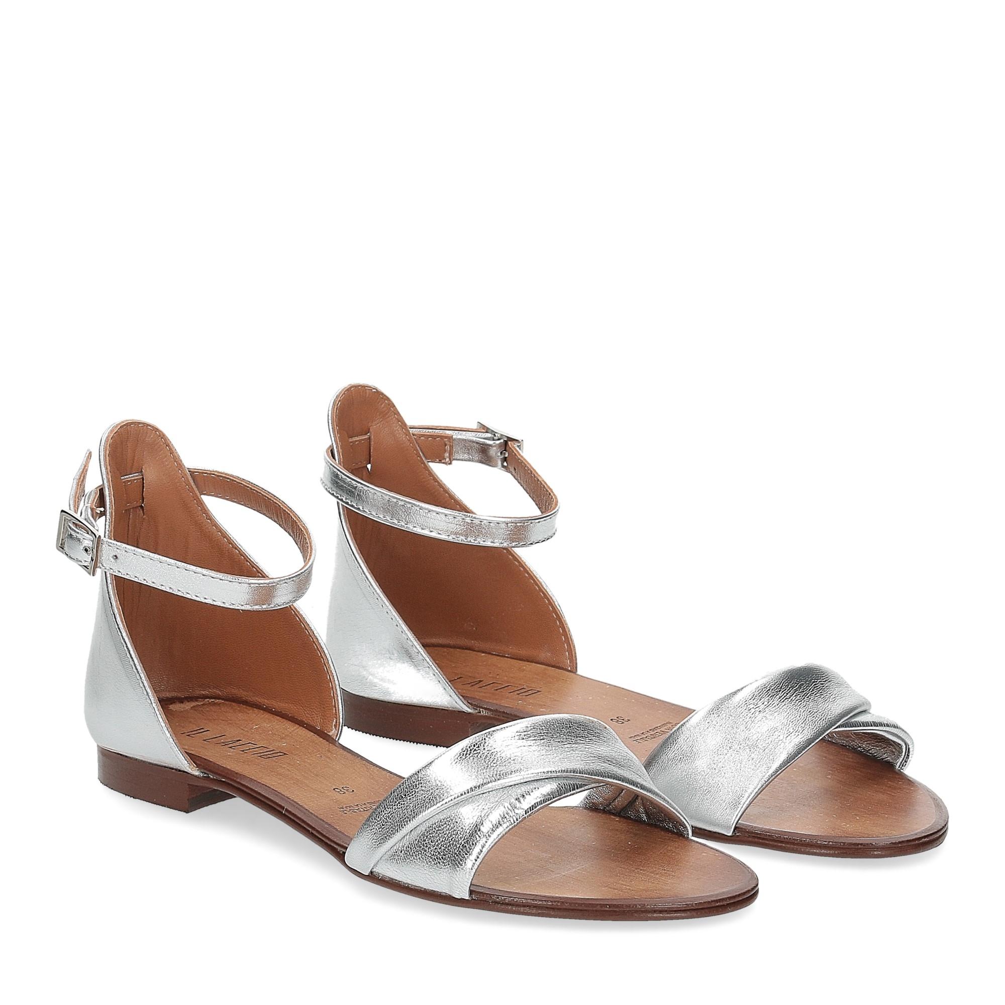 Il laccio sandalo pelle laminata argento