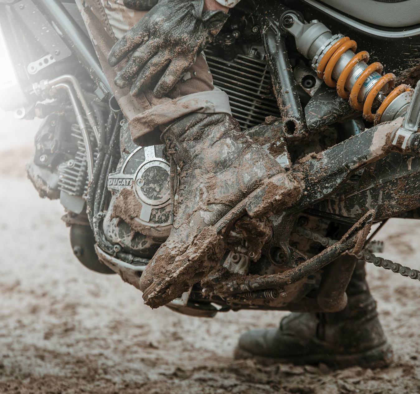 Pioggia: come proteggere le scarpe da moto e come pulirle