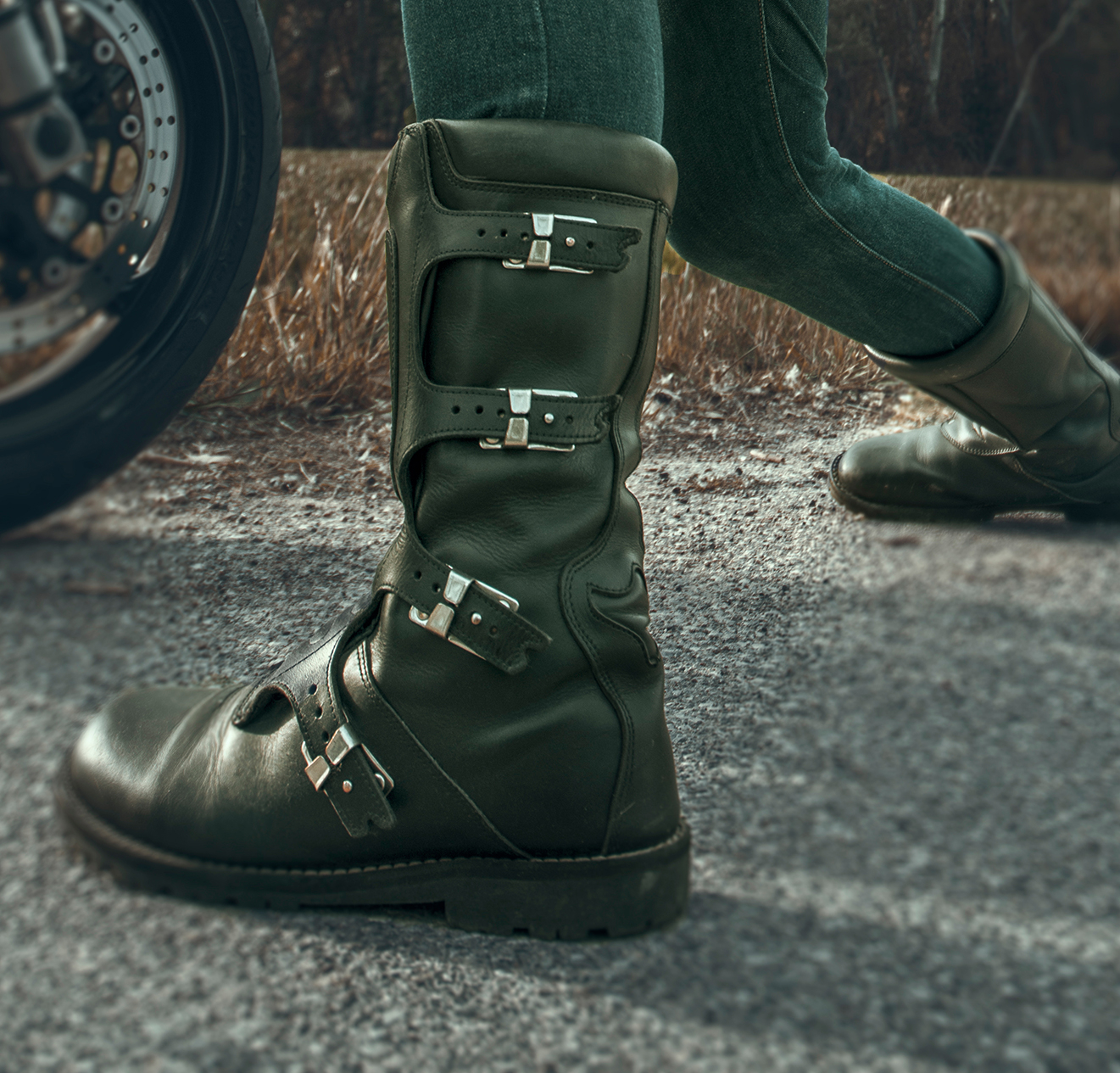 How to wear motorcycle boots: closure