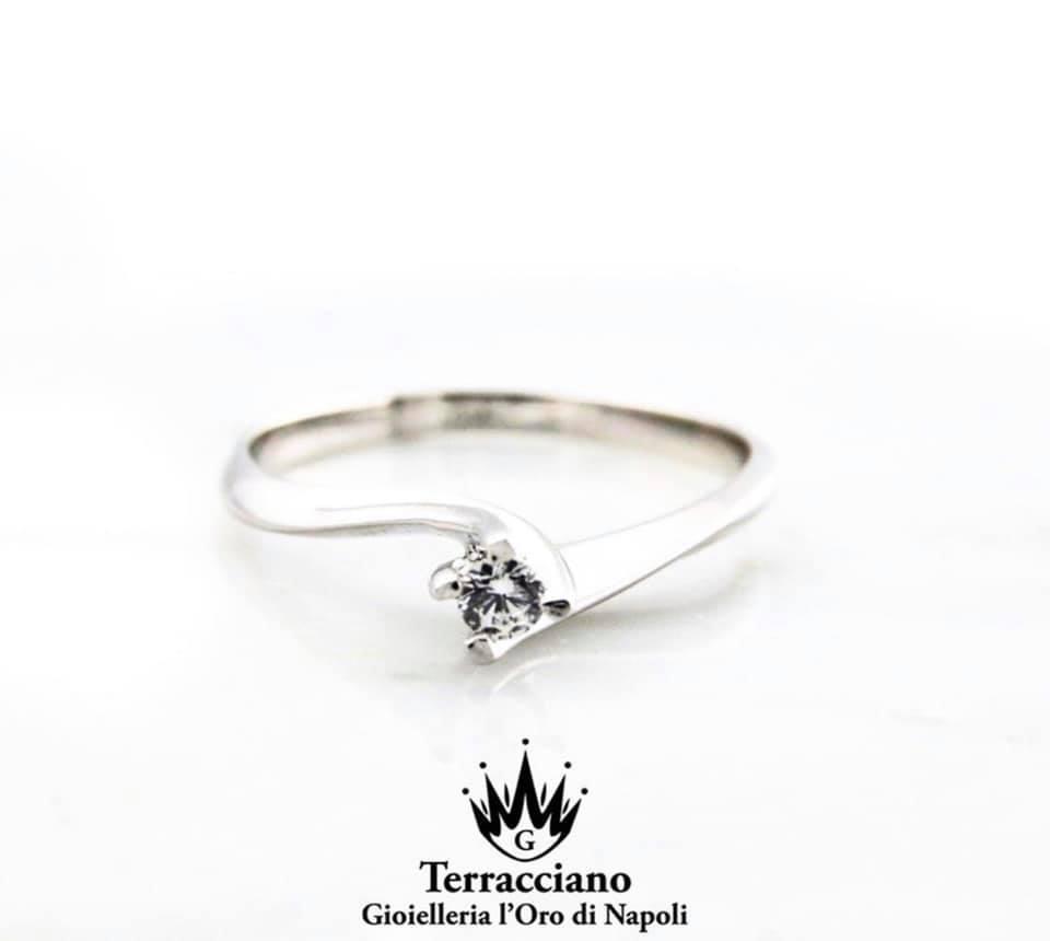 Anello Solitario in oro bianco 18 kt e diamante centrale