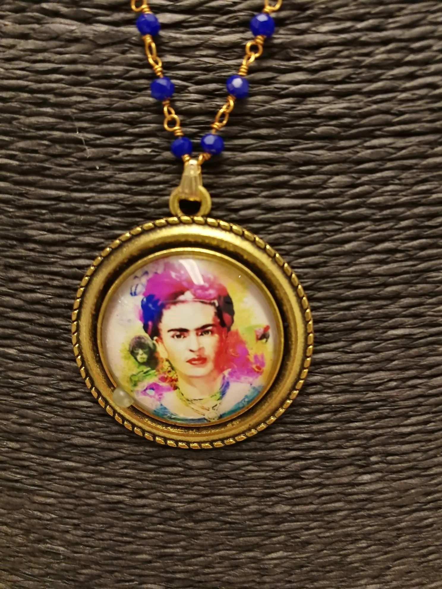 Collana bi-colore medaglione tondo Frida Kahlo 05