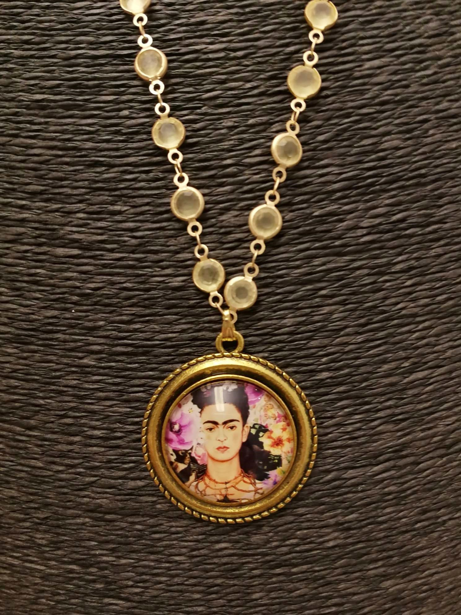Collana lunga medaglione tondo. Frida Kahlo 09