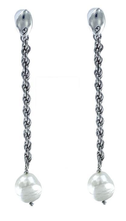Orecchini in acciaio formati da una catena a corda diamantata a cui è appesa una perla scaramazza. Lunghi 6.50 cm. Pesa 7.00 gr.
