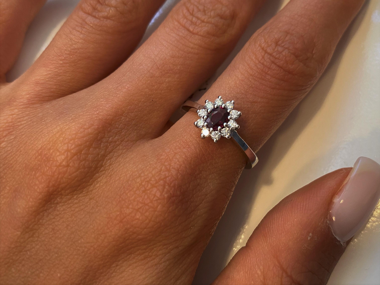 Anello oro bianco montatura Fiore impreziosito da Rubino e diamanti