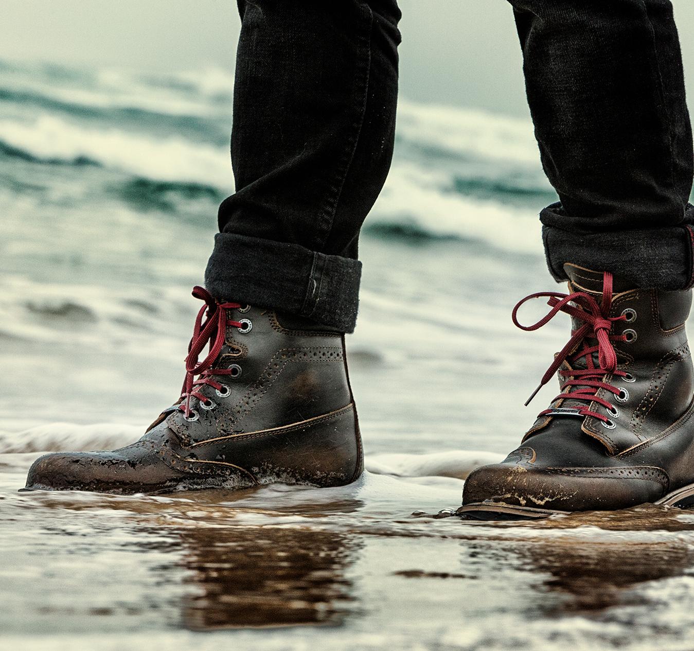 Come pulire gli stivali da moto dopo la pioggia