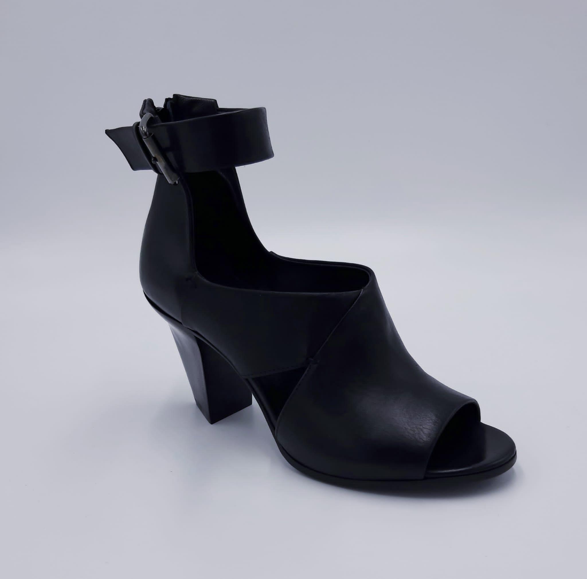 Sandalo in pelle nera con cinturino Strategia