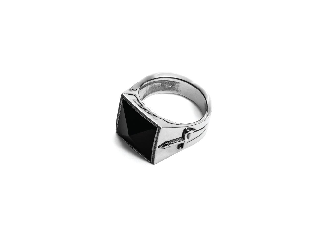 Cesare Paciotti, anello in argento, a sigillo, con onice nera e pugnali laterali, JPAN1485V
