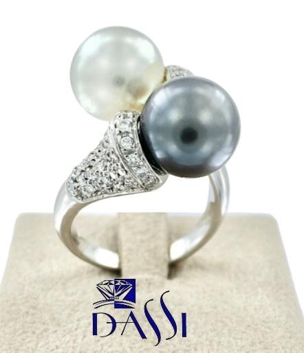 Anello in oro bianco  perle grigie e bianche e  pavè di diamanti