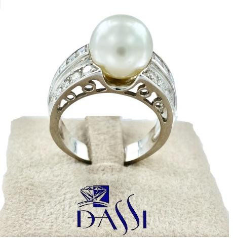 Anello a fascia in oro bianco con 3 file di diamanti e al centro una perla bianca