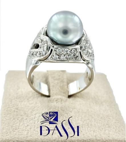 Anello in oro bianco con una perla grigia centrale abbracciata da 2 cuori  con pavè di diamanti