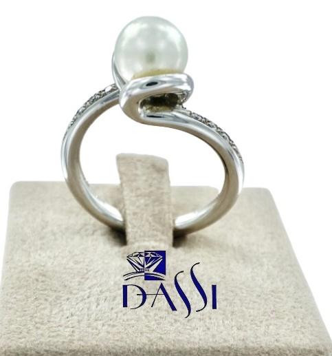 Anello in oro bianco con una perla bianca centrale e diamanti laterali